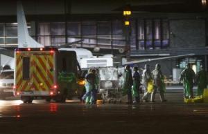 El Gobierno escocés dijo el lunes que se le diagnosticó ébola a una trabajadora sanitaria, al día siguiente a su regreso a Glasgow desde Sierra Leona. En la imagen, la trabajadora sanitaria es transferida a un avión de transporte Hércules en el aeropuerto de Glasgow con destino a Londres el 30 de diciembre de 2014.