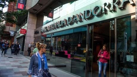 """Una mujer sale de la sede de la Banca Privada d'Andorra, en octubre. El banco está acusado de """"lavar"""" dinero sucio."""
