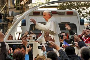 Francisco fue recibido con fervor al llegar al duomo de Nápoles. Foto: Reuters