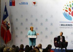 La presidenta de Chile, Michelle Bachelet, da un discurso en la Cumbre Mundial de la Mujer en Santiago, 27 de febrero de 2015. REUTERS/Ivan Alvarado