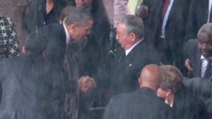 Obama y Castro se dieron la mano en el funeral de Nelson Mandela, en diciembre de 2013.