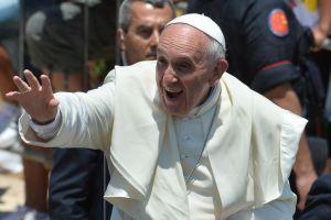El Papa Francisco saluda a los vieles en la Plaza de San Pedro.