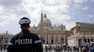 Policía patrulla la Plaza San Pedro, en el Vaticano.