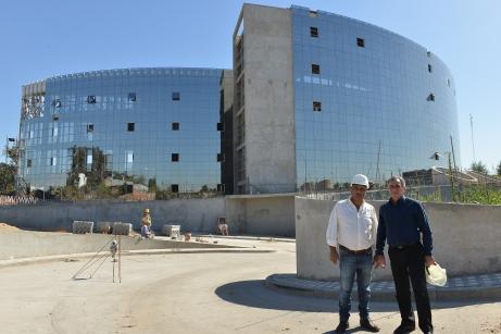Jesús Cariglino visitó junto al Secretario de Salud, el Dr. Héctor Hugo Schwab, la mega infraestructura para ver su  progreso y  el trabajo realizado hasta el momento.