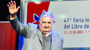 En medio de aplausos. Mujica, ayer en la Feria, Contó su relación con los presidenciables. /Rolando Andrade