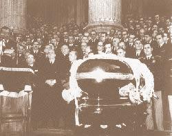 El 26 de Julio murió Eva Perón, el dolor popular la acompañó en un velorio que duró 14 días. Una noche pasaron sus restos en el Congreso Nacional y luego se trasladaron a la CGT. (Archivo General de la Nación)
