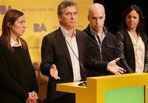 Macri, ayer, con Vidal y Rodríguez Larreta; criticó a Scioli y ofreció ayuda a los municipios más afectados. Foto: GCBA