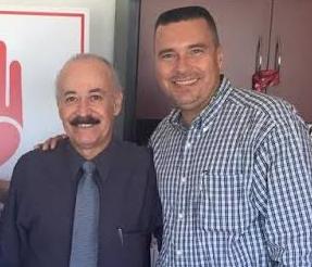 El secretario de Desarrollo Social, José Luis Pérpuli Drew (a la derecha) abrazando a Arturo Torres Santillán, en su reciente visita a la ciudad de Culiacán, Sinaloa.